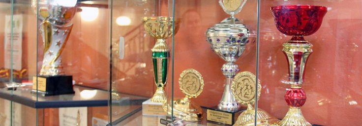 Vitrine mit Pokalen