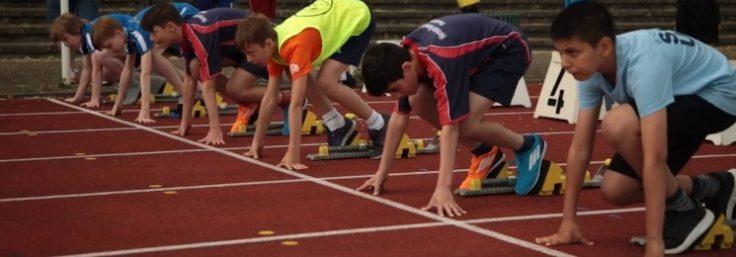 Junge bei den Vorbereitungen für den Sprintlauf