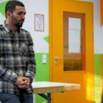 Der Schauspieler Hassan Akkouch zu Besuch an der Hermann-Sander-Schule